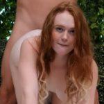 Zena sa crvenom kosom i vruce tucanje