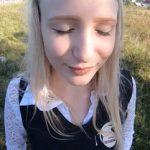 Ruska tinejdžerka na livadi u prirodi